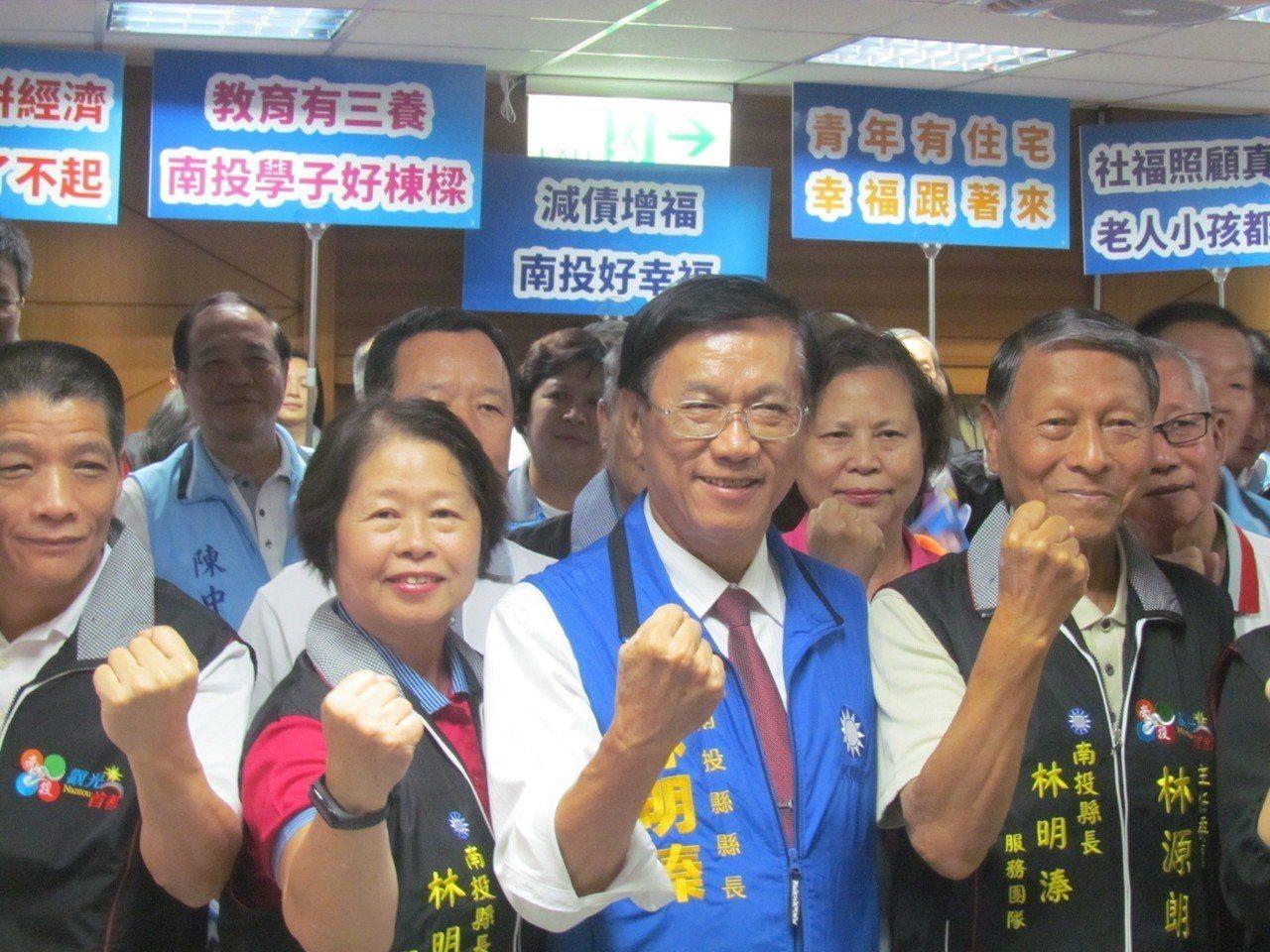 南投縣長林明溱在大批支持者陪同下,登記參選下屆南投縣長。記者張家樂/攝影