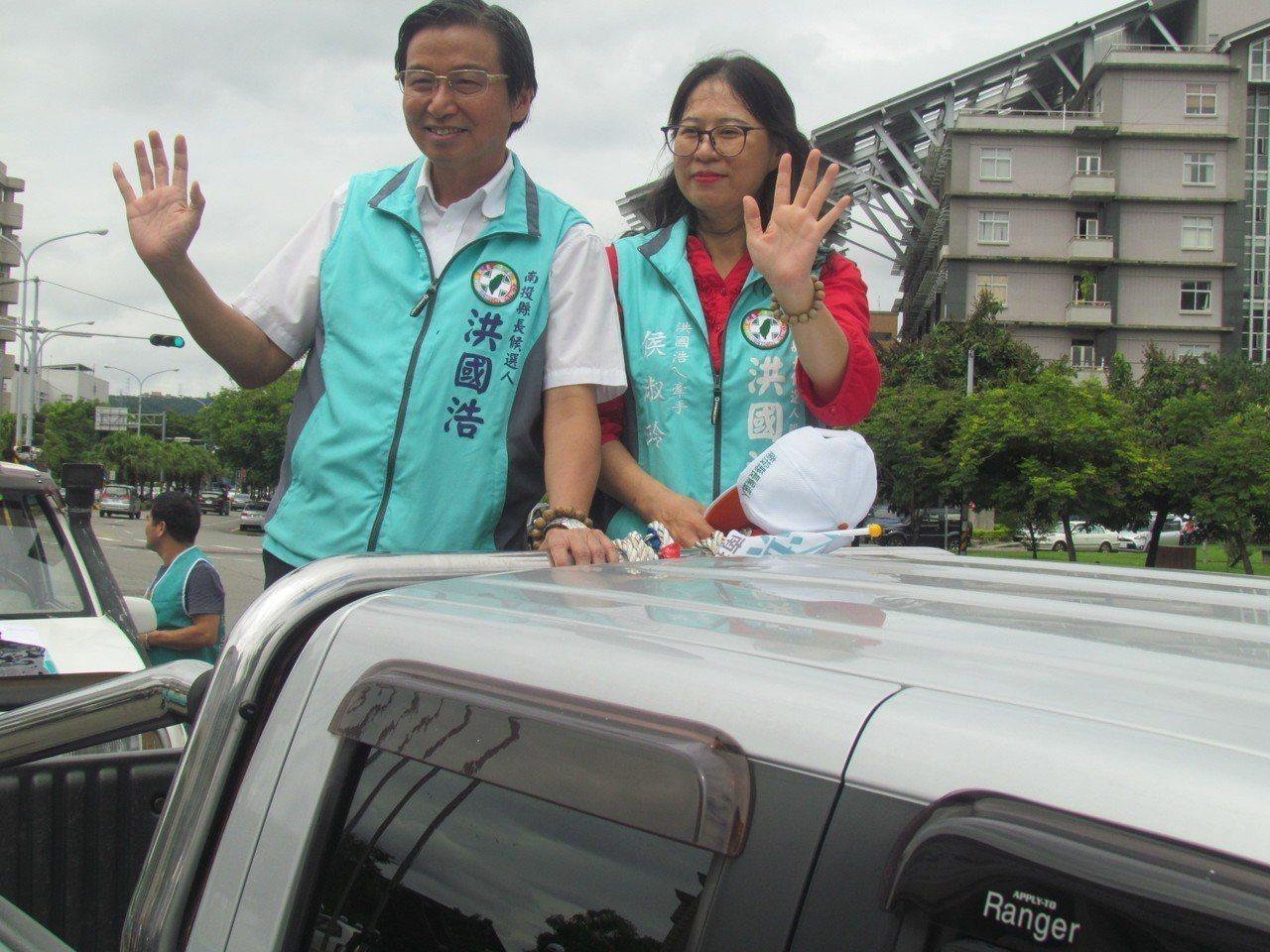 民進黨南投縣長參選人洪國浩由妻子陪同完成登記。記者張家樂/攝影