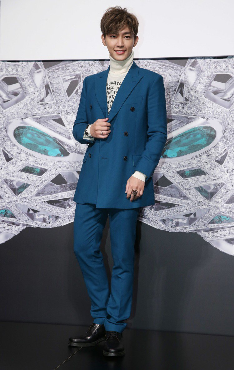 炎亞綸以藍綠色西裝搭配白K金美洲豹珠寶男女皆宜的設計。圖/記者林俊良攝影