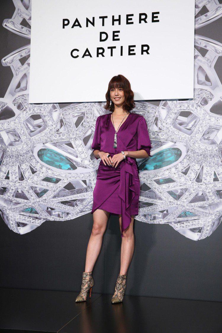陳庭妮一襲女人味的紫色緞面洋裝的襯托美洲豹流蘇項鍊,全身珠寶總價高達3千萬。圖/...