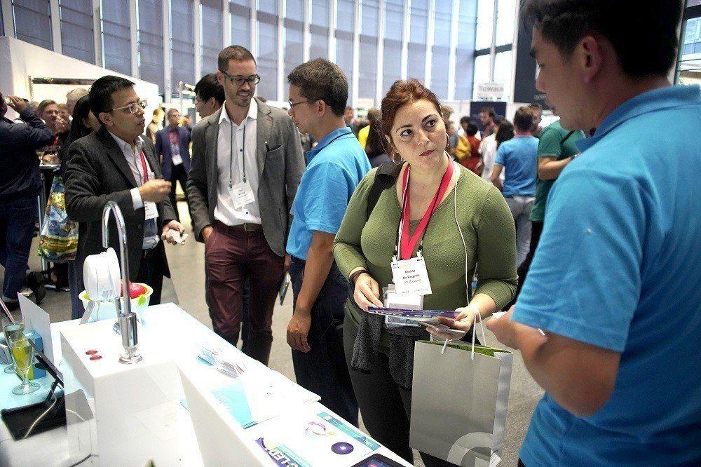 工研院在IFA展前記者會上,展示最新智能紫外光直飲水殺菌系統,吸引許多目光。(圖...