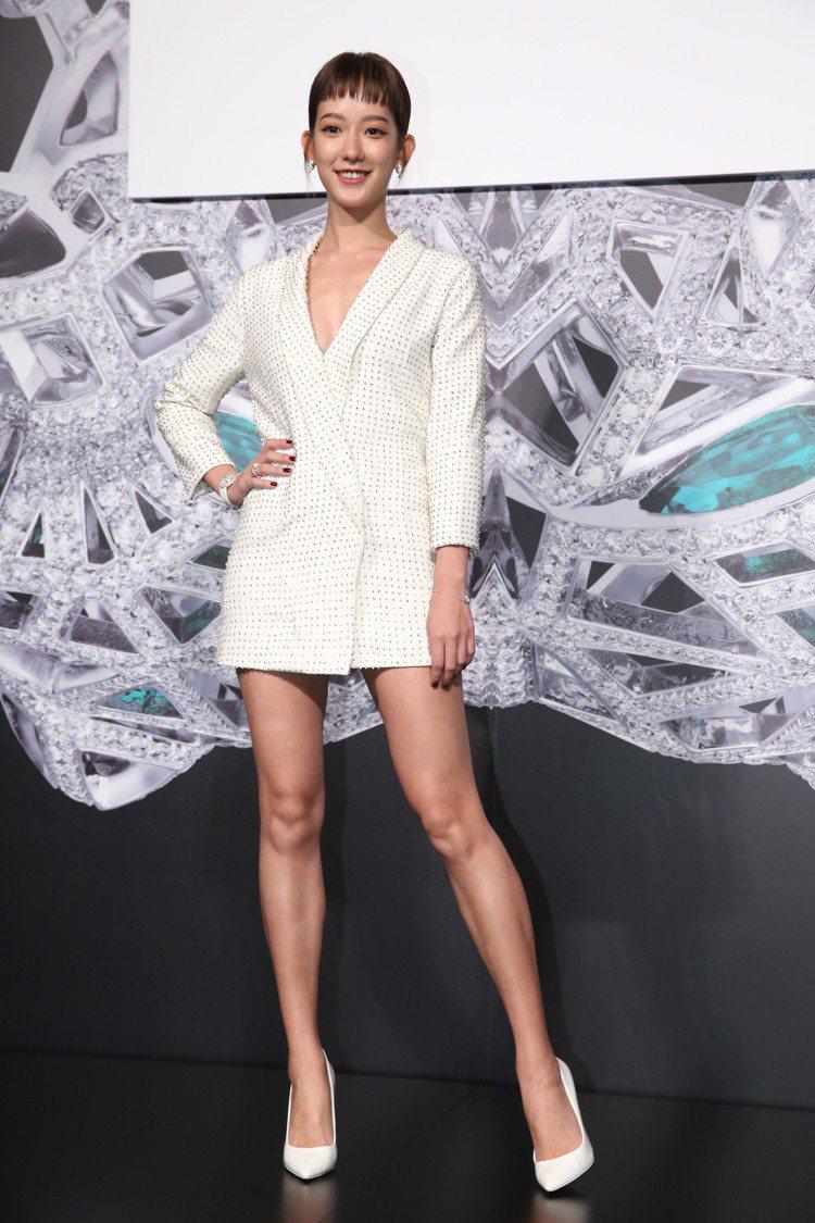孟耿如的短裙式西裝露胸又露腿,搭配的美洲豹珠寶表和耳環則展現優雅。圖/記者林俊良...