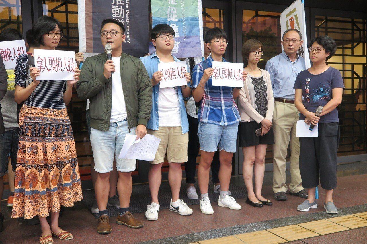 李宏基今被槍決,廢死聯盟今天在法務部門口抗議。記者林孟潔/攝影