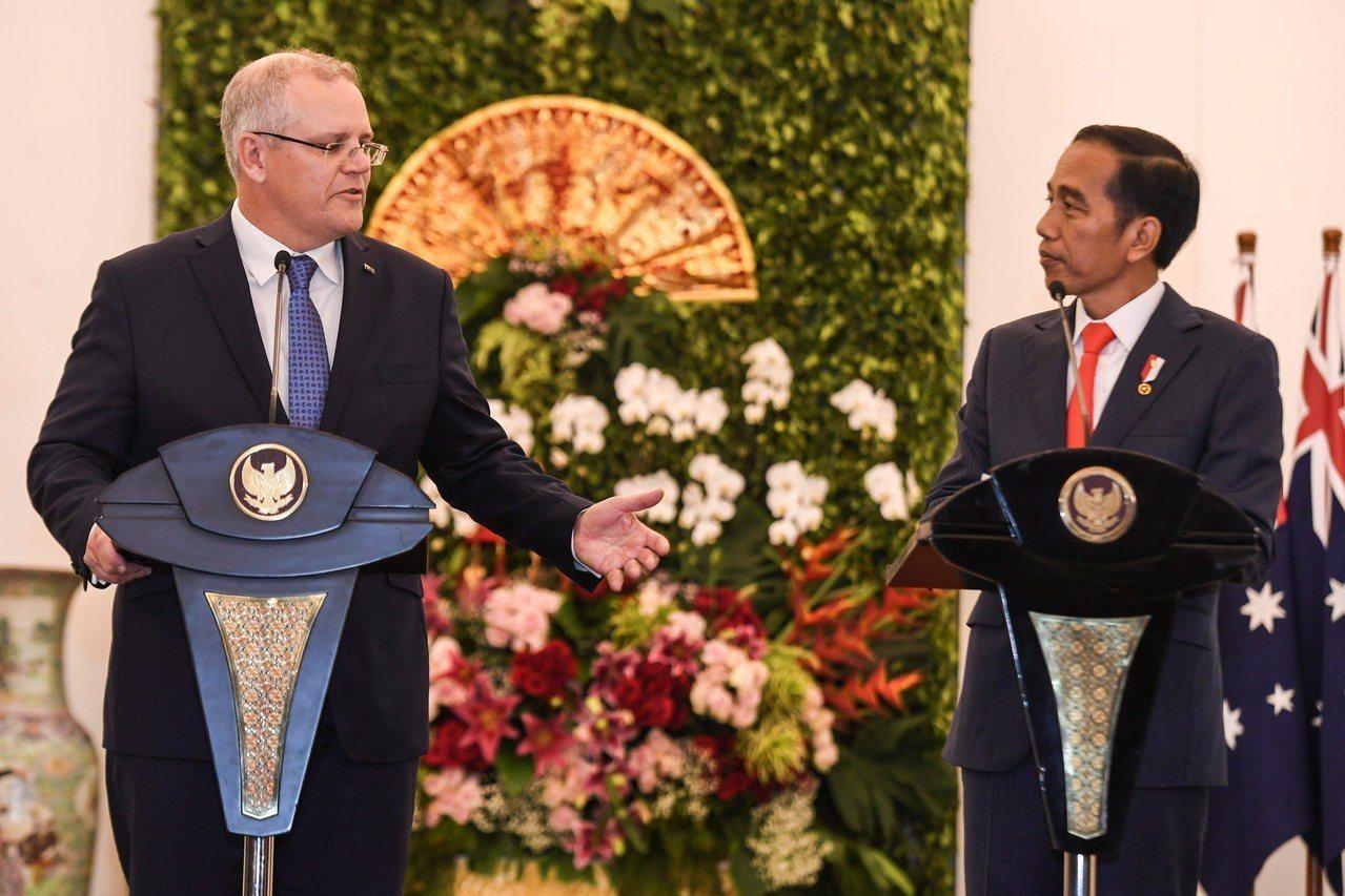 澳洲新總理莫里森(左)31日在印尼總統府與印尼總統佐科威(右)會談後召開聯合記者...