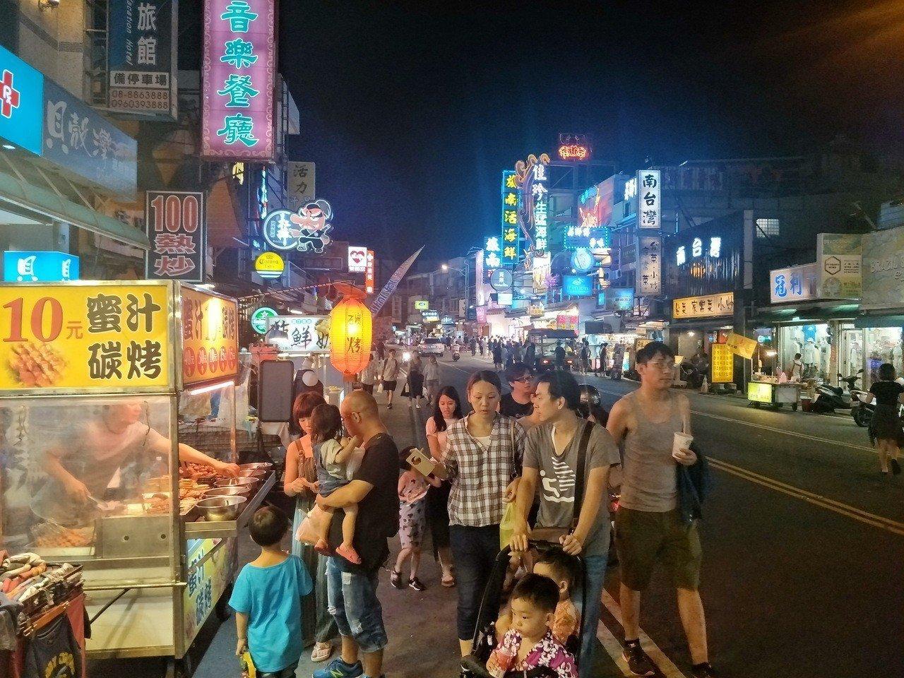 原被形容「金雞母」的屏東墾丁大街商圈,受國旅市場萎縮和消費爭議事件影響,人氣大不...