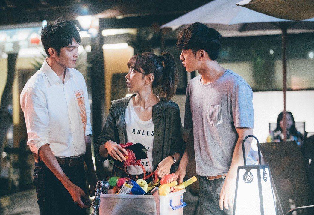 吳思賢(右起)、邵雨薇、林輝瑝陷入三角關係。圖/東森提供