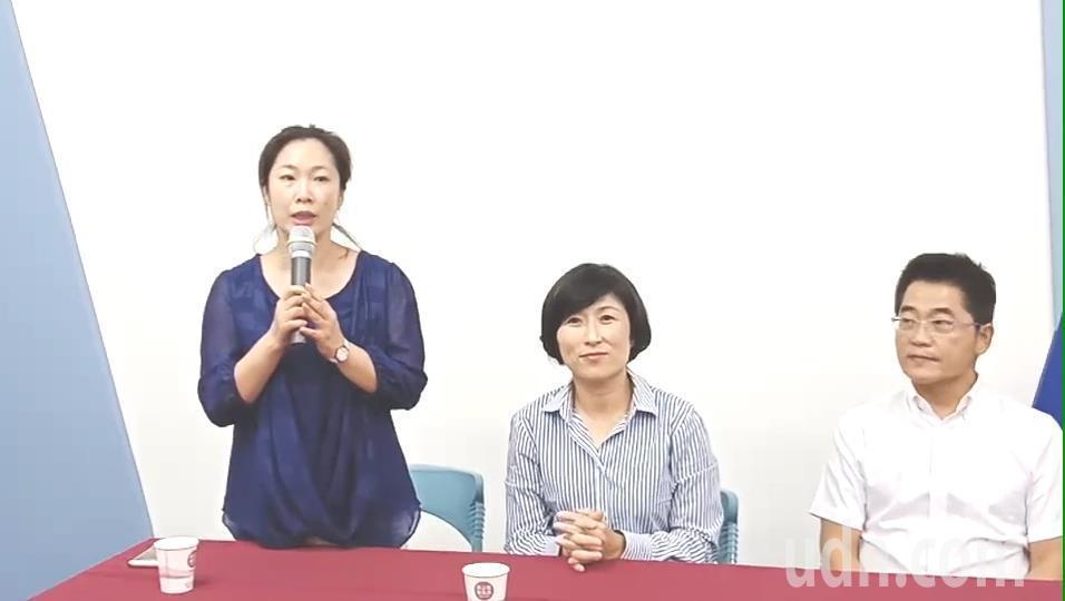 台東縣黨部主委吳秀華(左)多次在記者會上直呼她大嫂鄺麗貞全名,並強調「關於黨紀部...