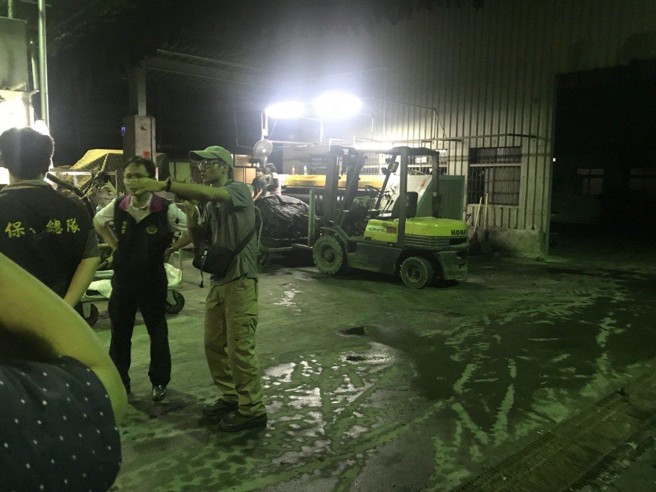花壇鄉盈發、彰偉兩家皮革公司涉嫌利用夜間,將未經處理的廢水直接排放到區域排水,檢...