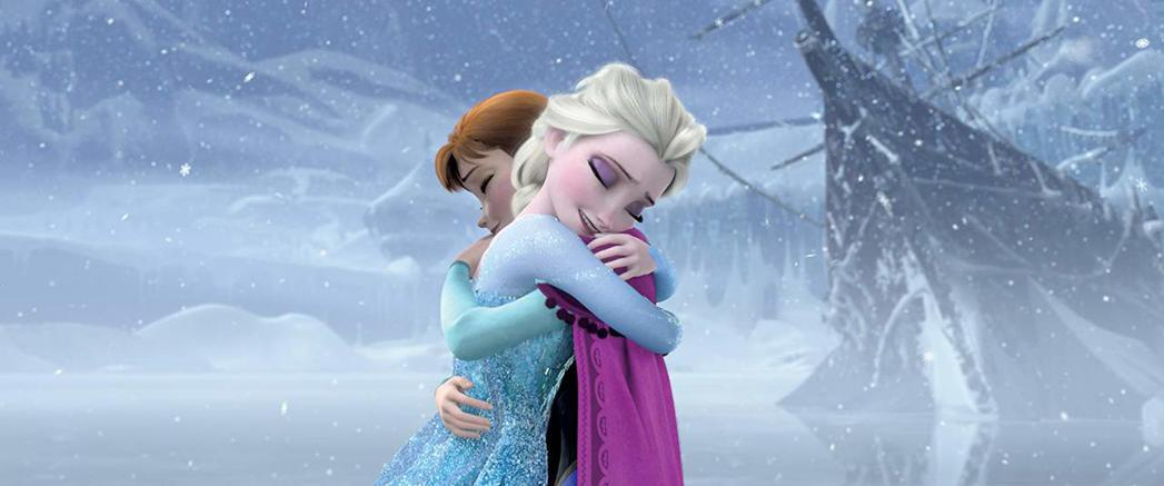 艾莎在「冰雪奇緣」和妹妹互相擁抱,傳有可能在續集中會有同性的感情對象。圖/摘自i...