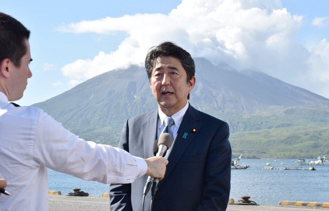 安倍晉三8月26日選在鹿兒島縣的知名景點「櫻島火山」前,正式宣布參選自民黨黨魁。...
