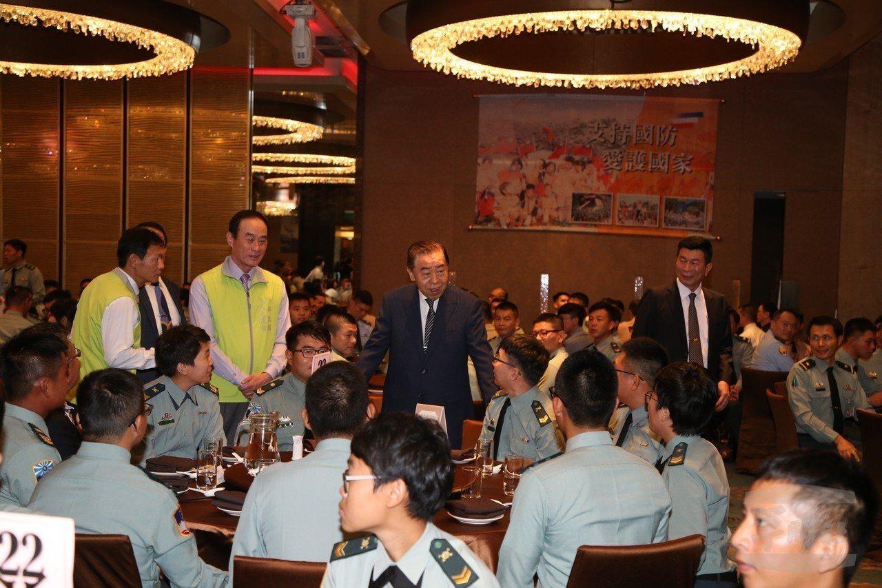 軍友社理事長李棟樑(中)宴請600多位國軍官兵。圖/軍聞社