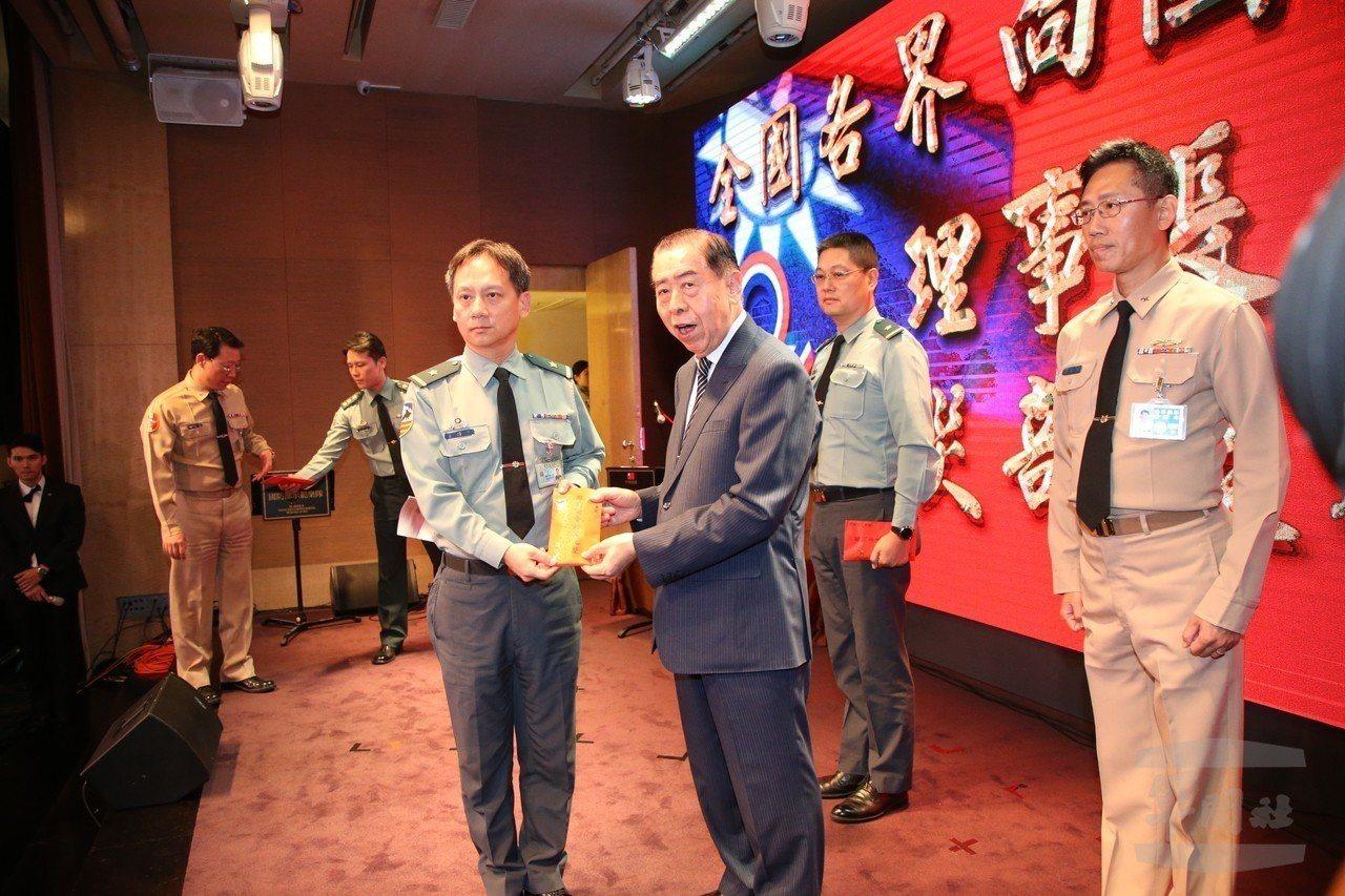 軍友社頒發慰問金,給投入823水災搶救最多的部隊代表。圖/軍聞社