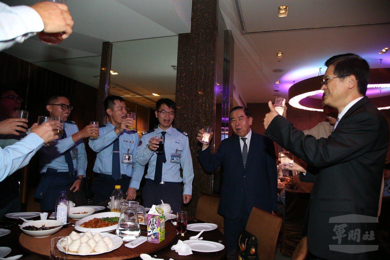 國防部長嚴德發(右一)、軍友社理事長李棟樑(右二)向官兵致意。圖/軍聞社