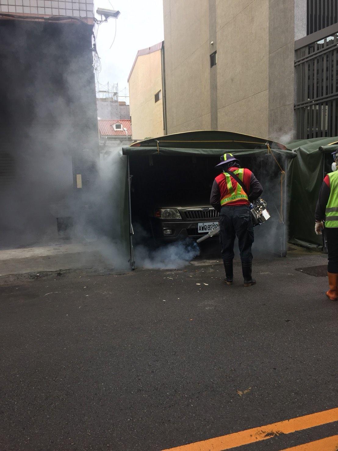 台中市政府加強在登革熱的熱區噴藥防治。圖/台中市政府提供