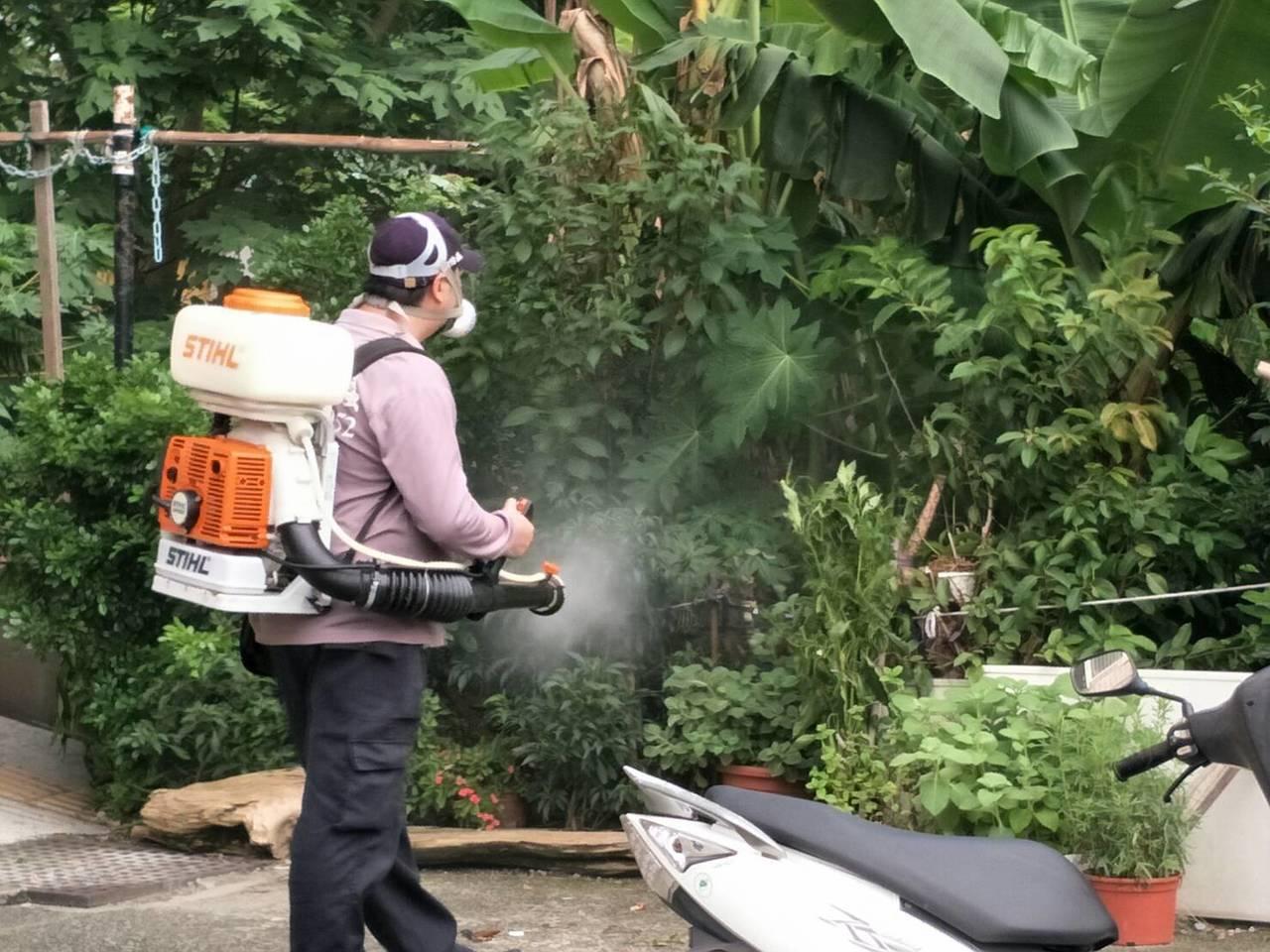新北市衛生局今天加強屋簷及農園殘效噴灑。圖/新北市衛生局提供