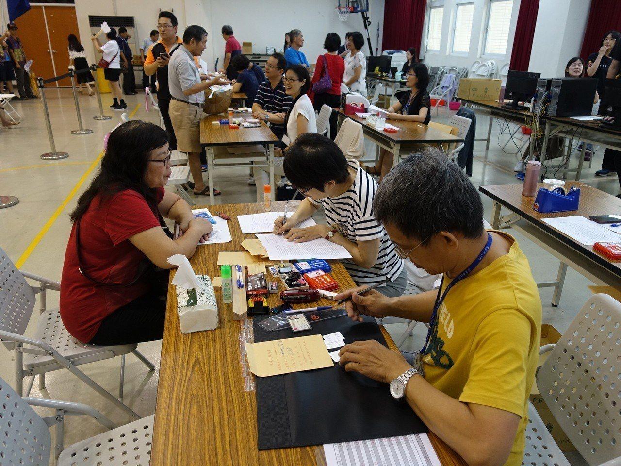 屏東縣總計有屏縣1611人登記要選853人。記者翁禎霞/攝影