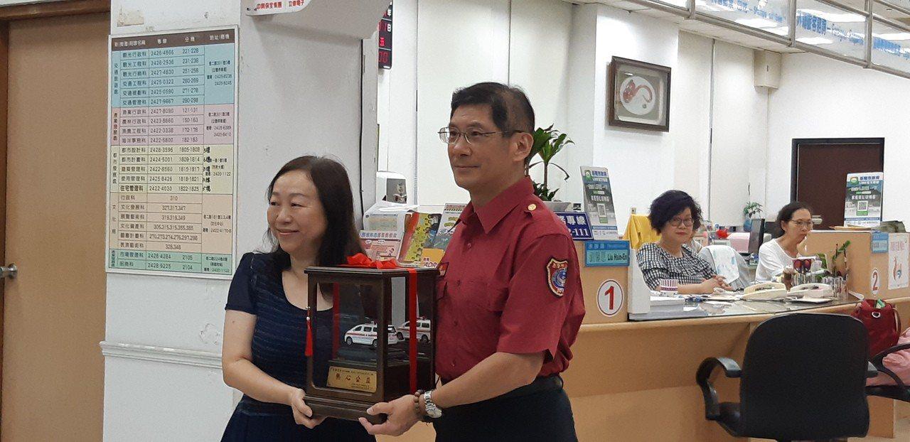 孫姓汽車銷售員代替張林富女女士捐贈消防車。記者賴郁薇/攝影