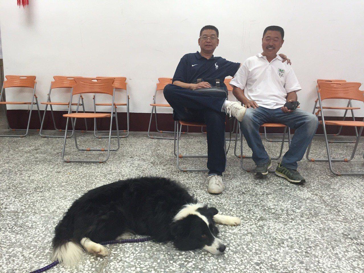前金門縣議長謝宜璋(左)今天與好友周清波(右)一起來登記參選縣長,因為帶著大狗出...