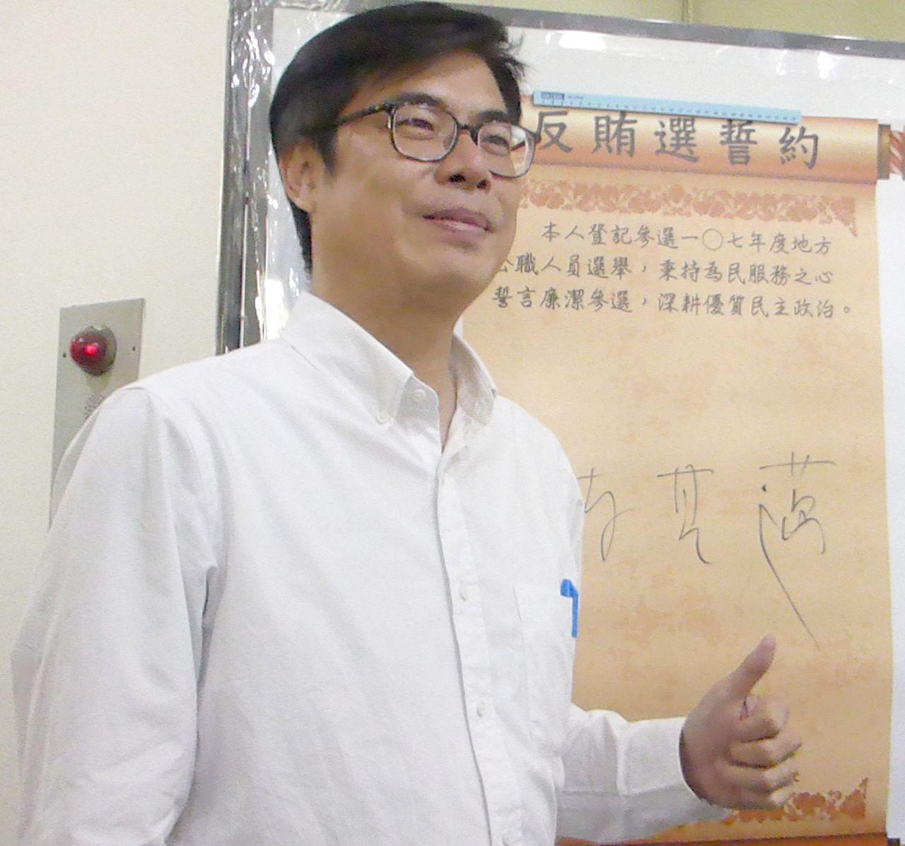 民進黨高雄市長參選人陳其邁允諾如當選市長,會在1到3年內全面在中小學教室加裝冷氣...