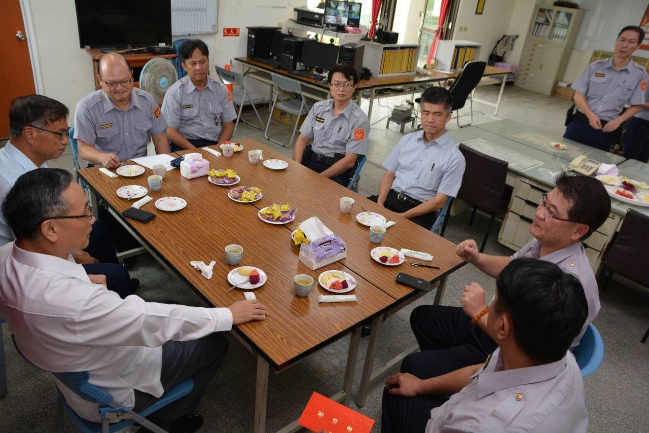 警政署長陳家欽下午到台南探訪積水消退的安佃派出所,與員警座談。圖/三分局提供