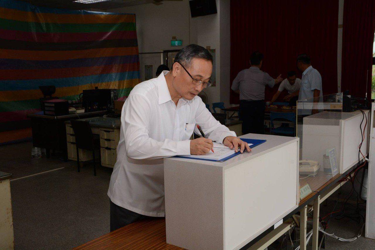 警政署長陳家欽到台南探訪積水消退的安佃派出所,在簽到薄上簽名。圖/三分局提供