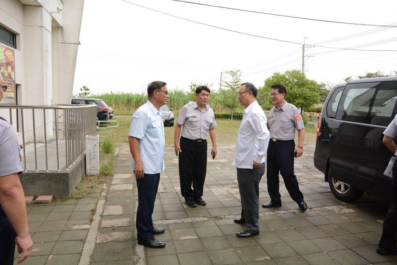 警政署長陳家欽下午到台南探訪積水消退的安佃派出所。圖/三分局提供