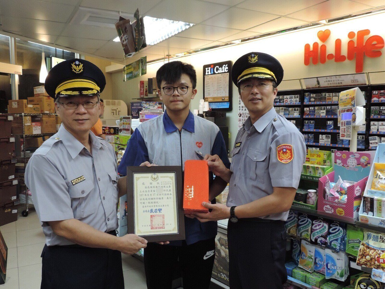 4家萊爾富超商店員連續成功攔阻詐騙,警贈獎感謝。圖/永康分局提供