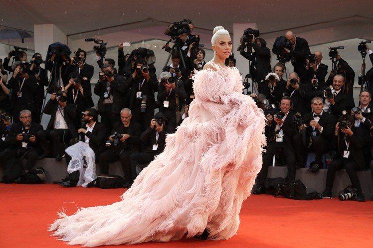 Lady Gaga在紅毯上洋溢幸福的仙氣。圖/美聯社