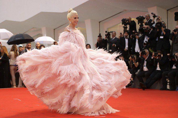 Lady Gaga穿著VALENTINO現身,紅毯一秒變仙境。圖/美聯社