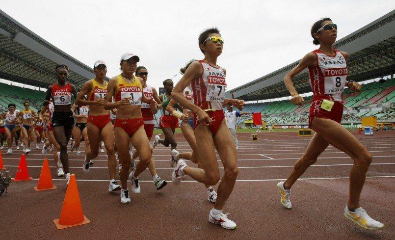 原裕美子(右二)參加2007年世錦賽馬拉松。 路透社