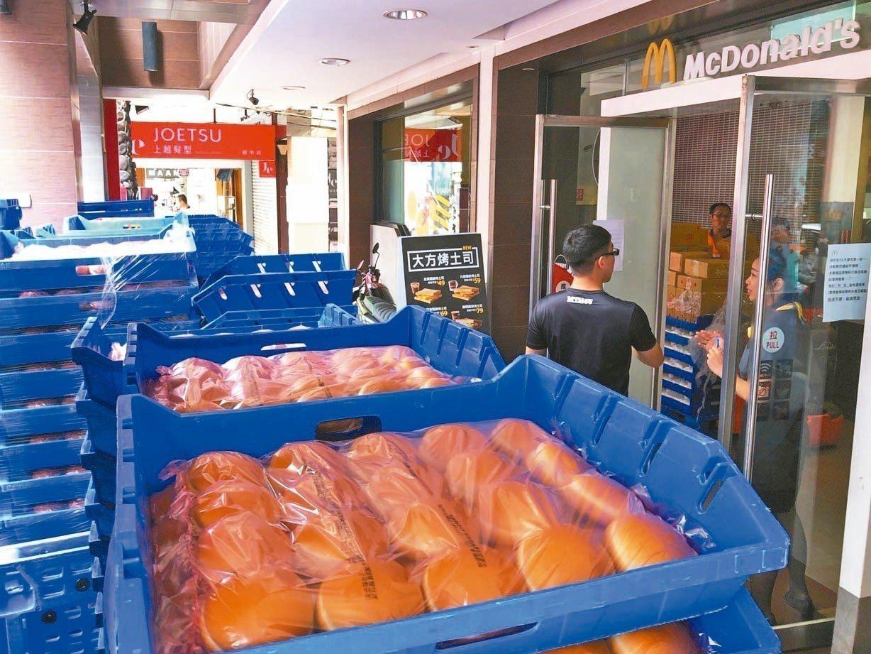 由於大麥克買一送一活動太熱烈,多數原物料已無法供應,麥當勞稍早緊急宣布上午10:...