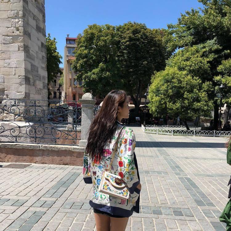 雪炫出國時也背著GUCCI的包。圖/擷自instagram