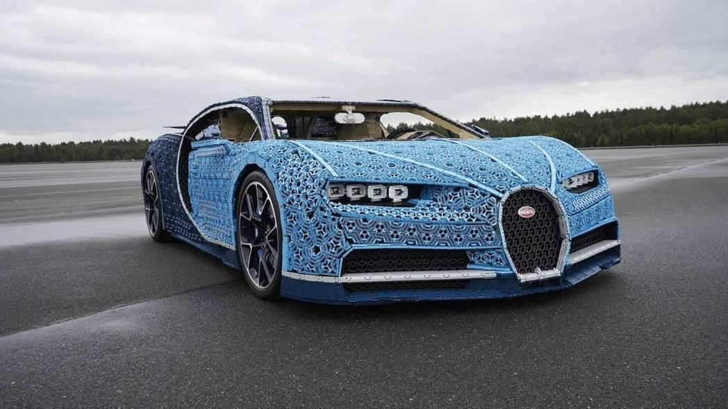 這輛Bugatti Chiron模型車還能開上路。 摘自LEGO