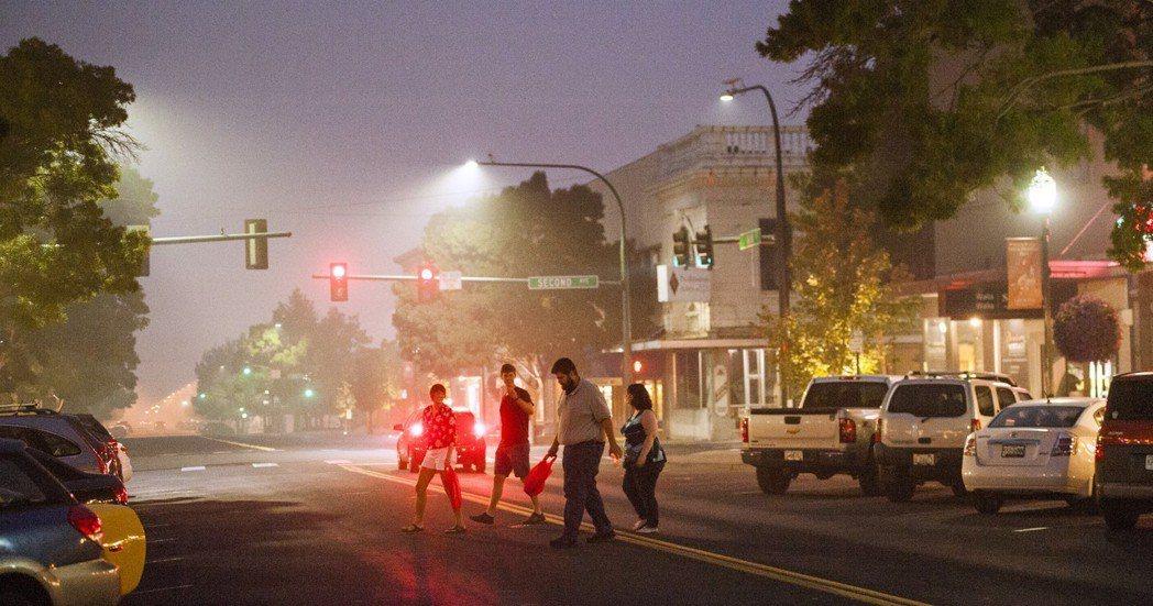 霧霾籠罩華盛頓州瓦拉瓦拉市,街上能見度不佳。 (美聯社)