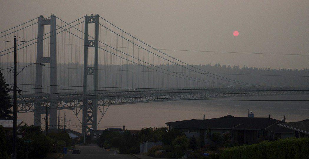 華盛頓州塔科馬市8月19日的夕照,霧霾讓天空特別暗淡。 (美聯社)