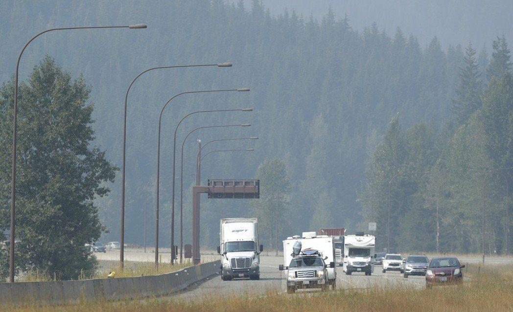 8月15日,車輛在華盛頓州的州際公路上行進,霧霾使遠方山景一片朦朧。 (美聯社)