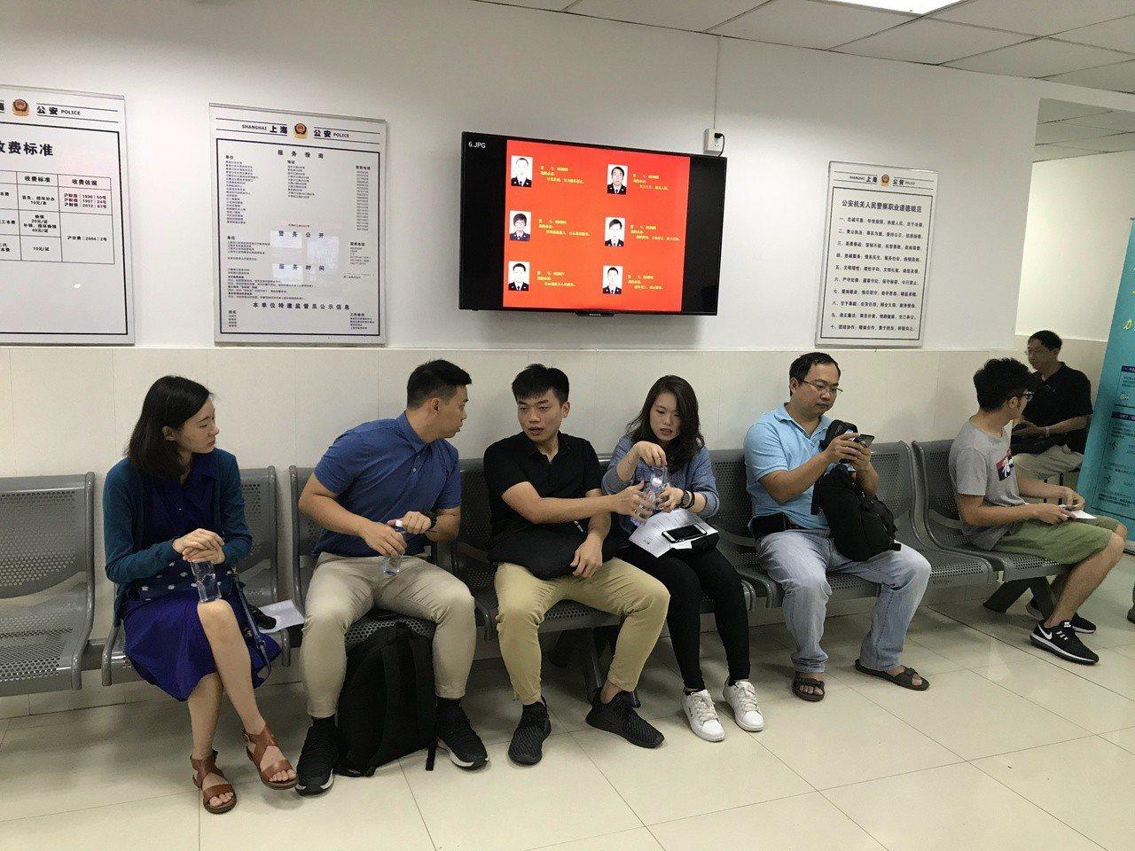 上海市青浦區夏陽派出所昨天上午8時下雨就開始湧入想要辦理台胞居住證的在滬台灣民眾...