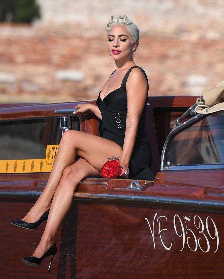 Lady Gaga以Jonathan Simkhai的2019早春裙裝演繹復古女...
