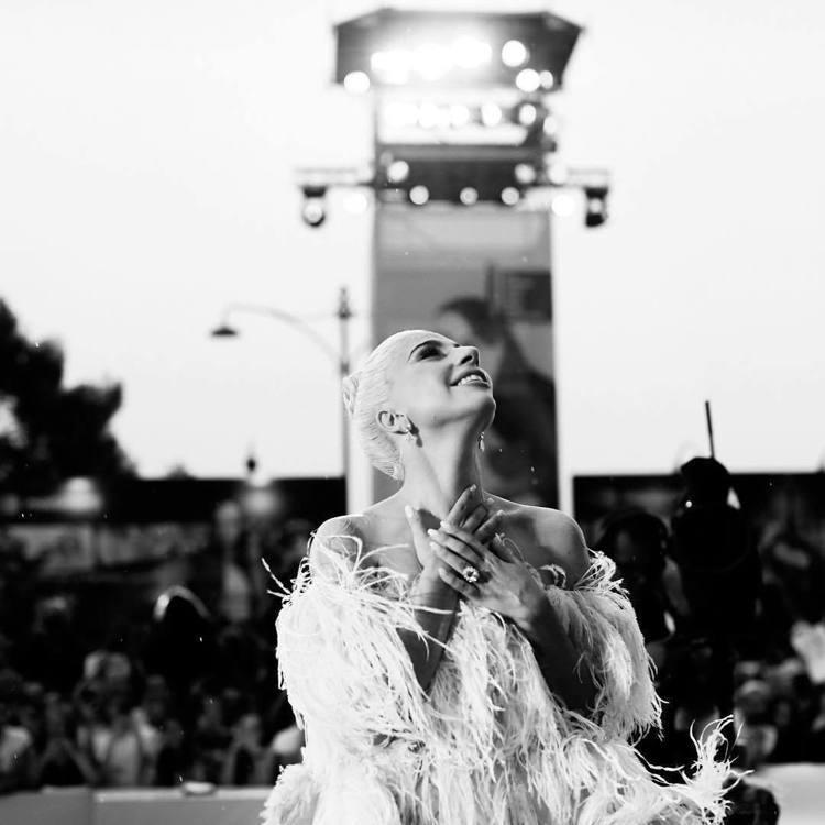 Lady Gaga身穿VALENTINO 2018秋冬高訂,展現夢幻仙氣。圖/取...