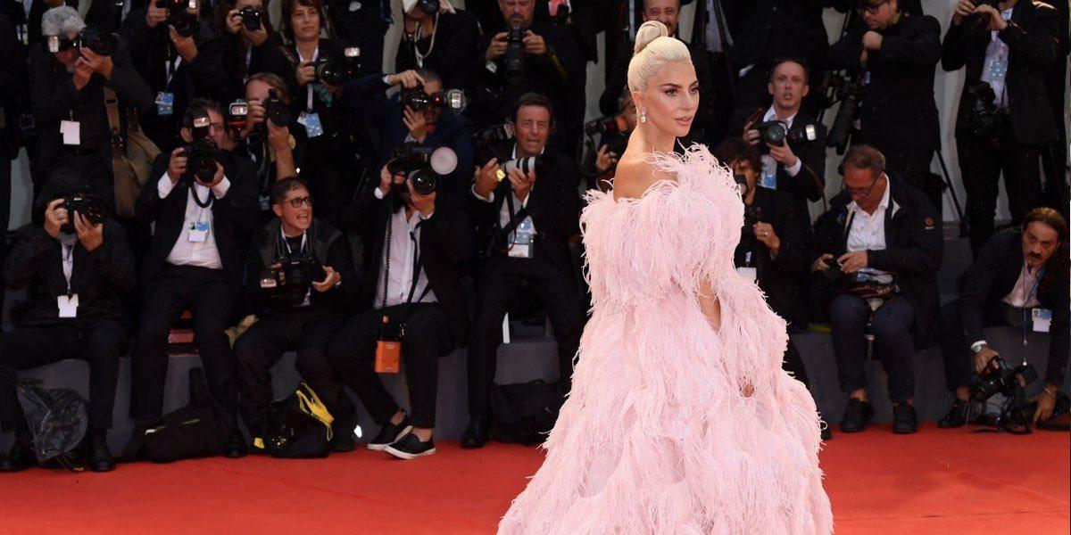 Lady Gaga穿著VALENTINO現身,紅毯一秒變仙境。圖/取自gagad...
