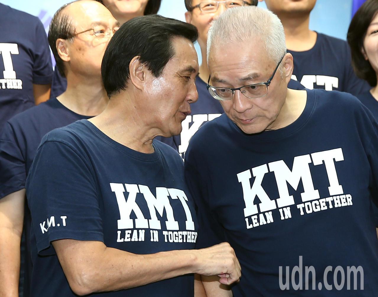 國民黨今天上午在黨部舉行中央助選團成立大會,前總統馬英九(左)與黨主席吳敦義(右...