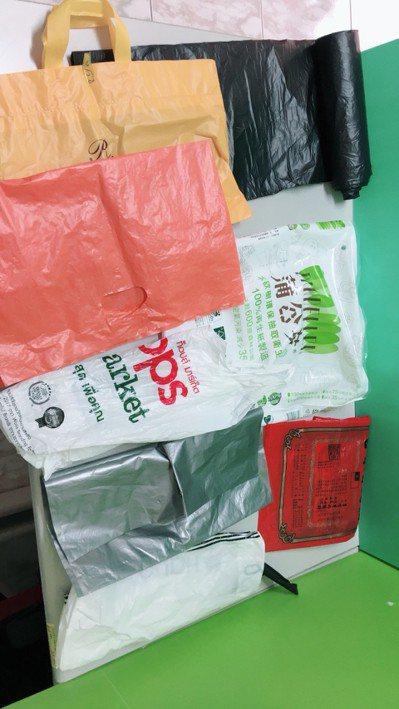 宜蘭縣環保局強制使用透明垃圾袋新政策今天上路,只能使用可透視內容物的袋子,不能透...