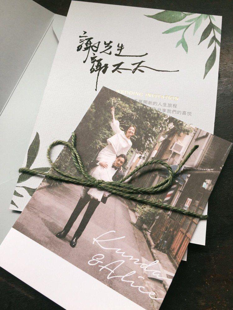 喜帖卡上的「謝先生謝太太」是柯佳嬿親筆。圖/有聲娛樂提供