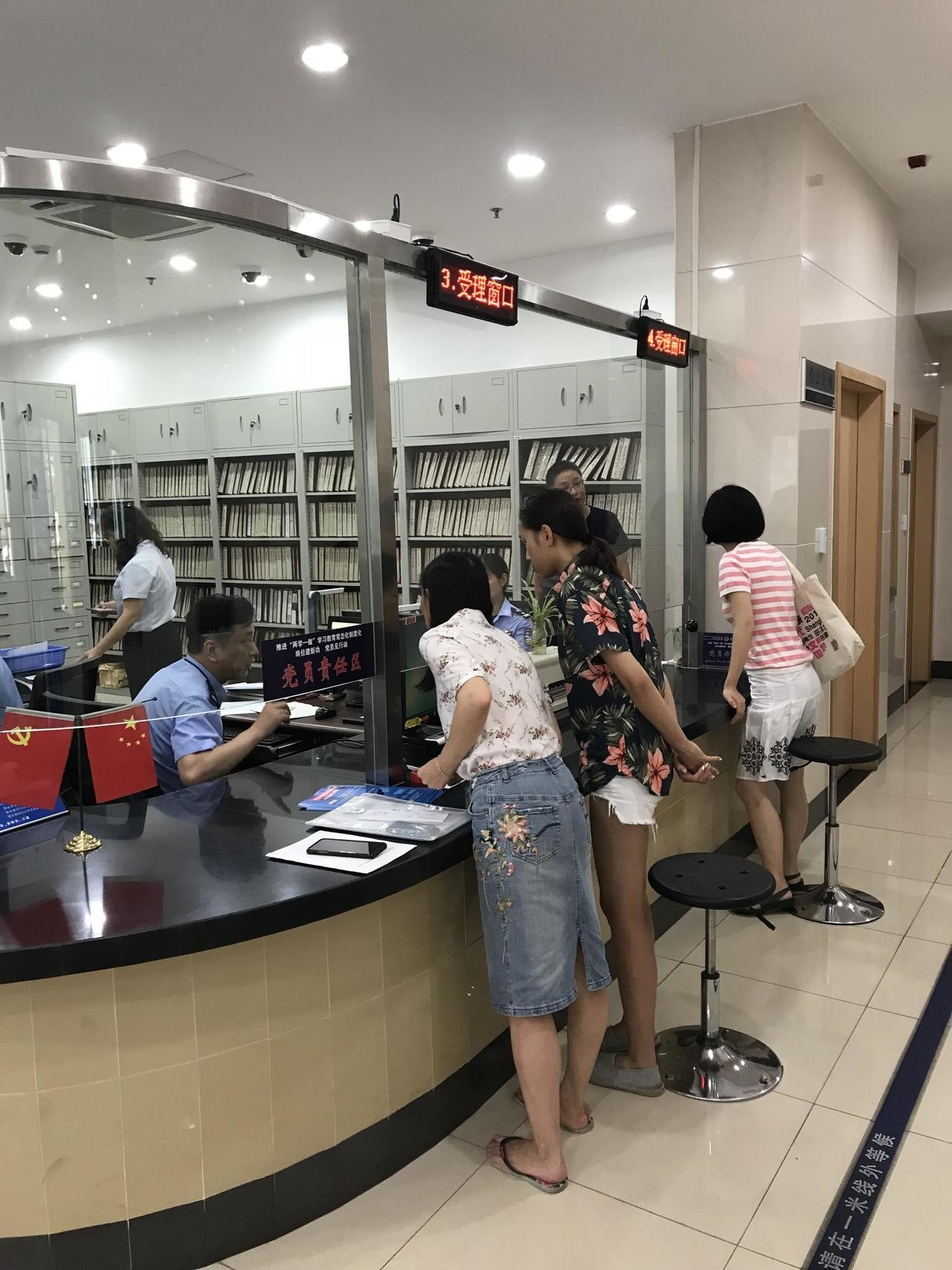 上午不少台灣人赴各指定派出所申辦大陸居住證。記者陳言喬/攝影