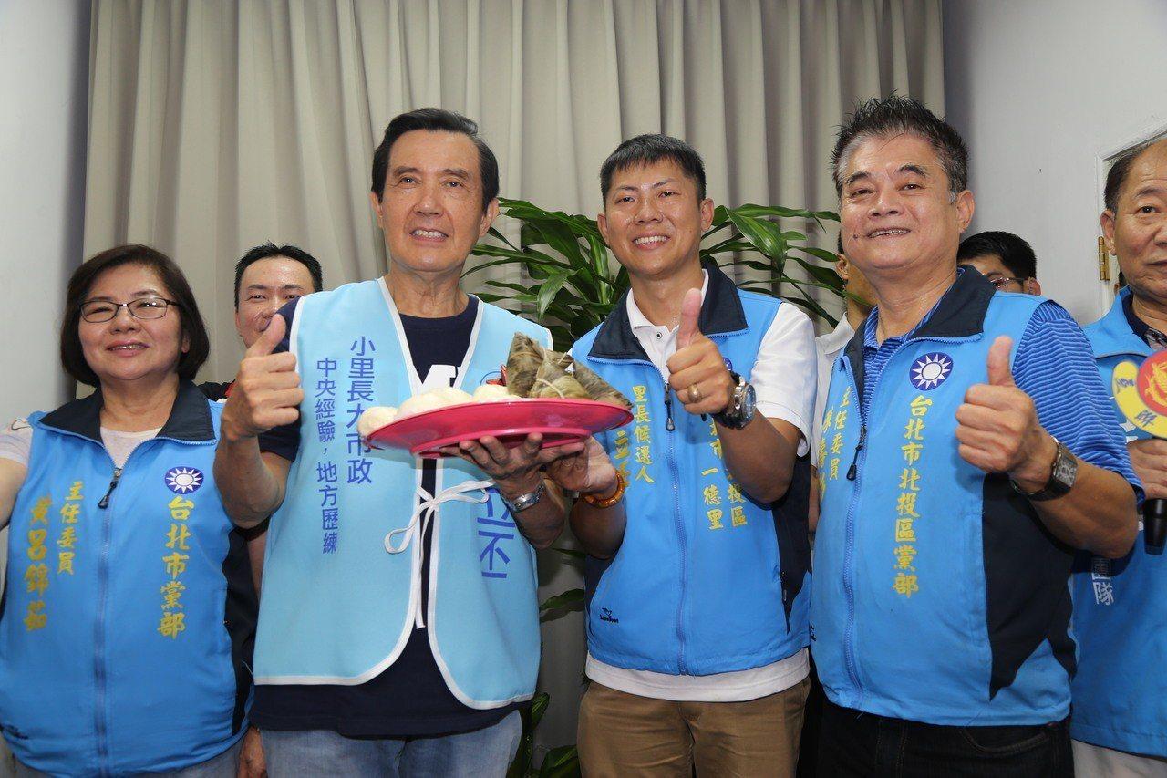 前總統馬英九(左2)今上午出席台北市里長參選人許立丕(右2)競選服務處成立茶會。...