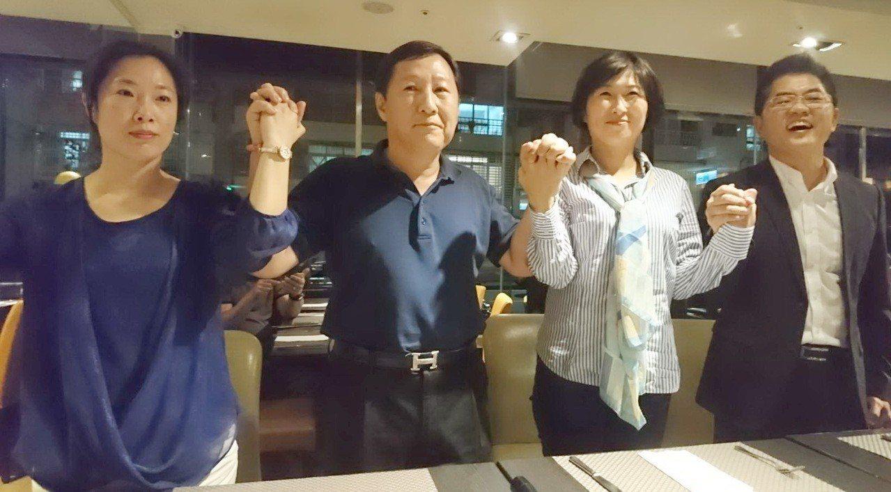 台東縣前縣長吳俊立(左二)緊急聲明「鄺麗貞在外一切行為與他無關」且一定加倍努力為...