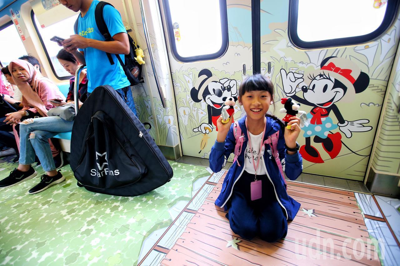 台北捷運與迪士尼合作,在淡水信義線推出特別版的「米奇趣遊台北」列車,車身與車廂彩...