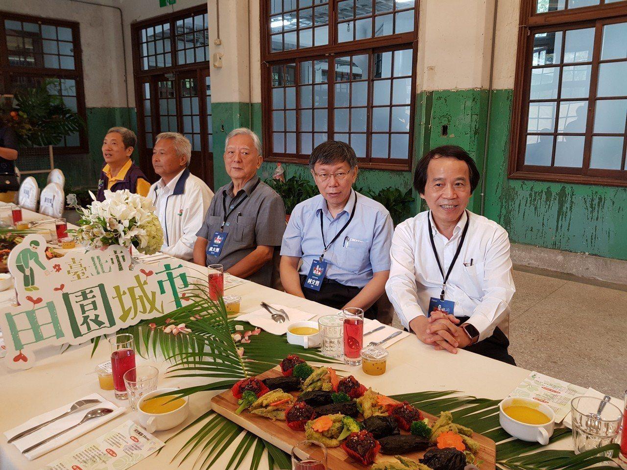 台北市長柯文哲(右二)今天與市政顧問、前市長黃大洲(右三)一起到出席田園城市成果...