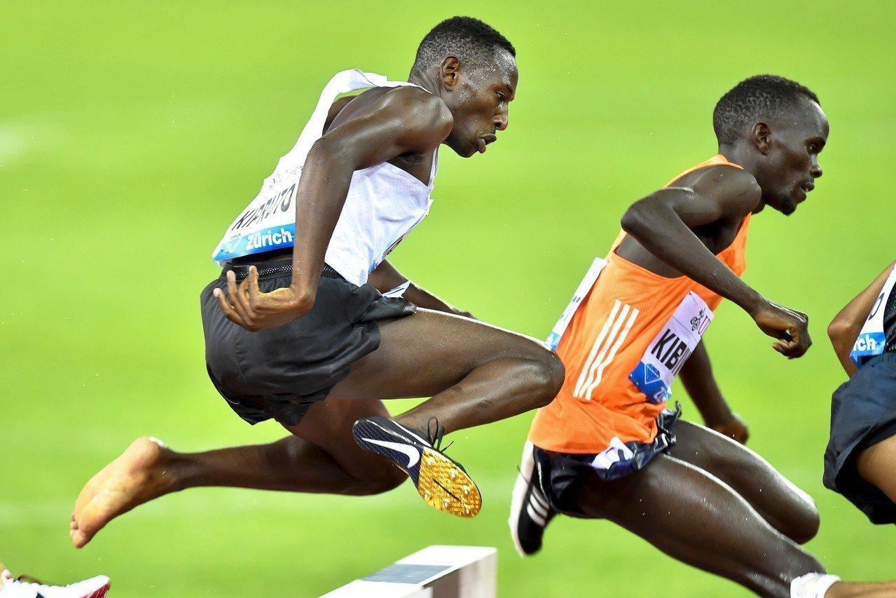 肯亞選手基普魯托(左)31日參加在瑞士蘇黎士舉辦的國際田徑鑽石聯賽3000公尺障...