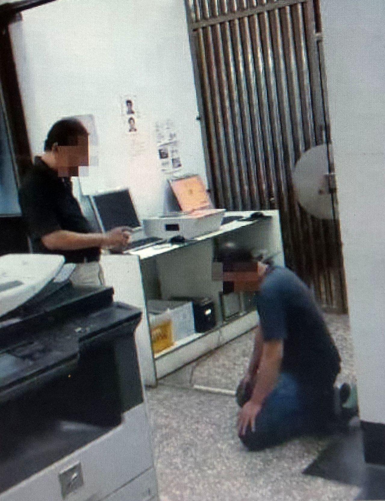 康姓男子(右)涉毒被捕,下跪受父親指責「講不聽!」。記者林保光/翻攝